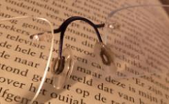 Leesbril op boek